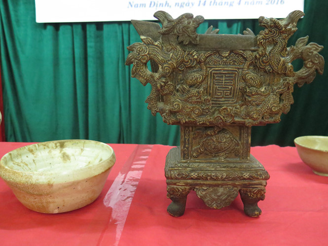 Đồ gốm và bát hương Phù Lãng - Ảnh: Hoàng Long