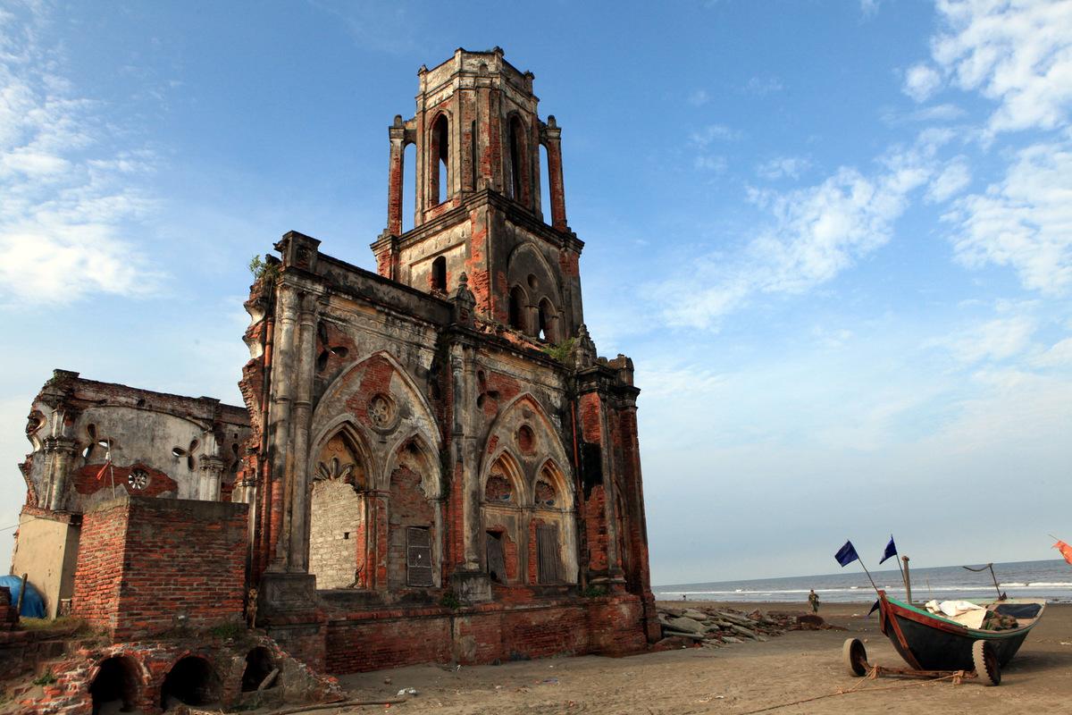 Một nhà thờ đổ bên cạnh bãi biển