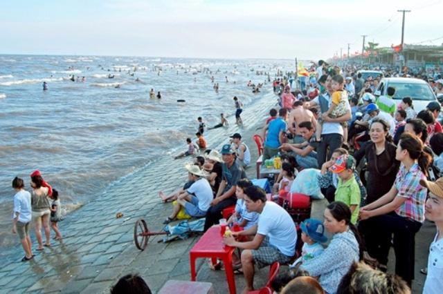 Trong ngày khai trương mùa du lịch 2015, hàng vạn du khách đã đổ về bãi tắm Quất Lâm tham quan, vui chơi và nghỉ dưỡng. (ảnh: Chu Thế Vĩnh)