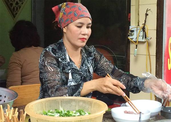 Chị chủ quán phở nổi tiếng thành phố Nam Định.