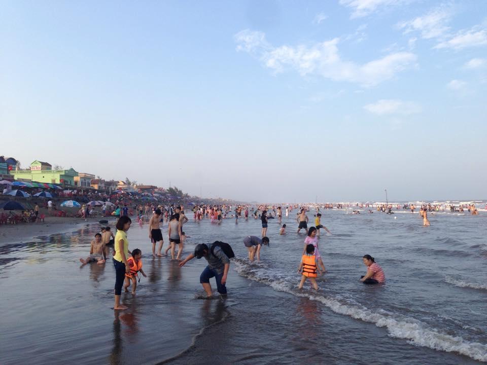 Người dân tới khai mạc biển thịnh long nam định