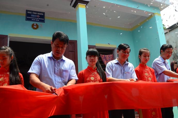 Cắt băng khánh thành nhà tình nghĩa cho cựu TNXP Vũ Thị Xuân, ở xóm Anh Dũng, thôn Vạn Đoàn, xã Yên Chính, huyện Ý Yên, Nam Định.