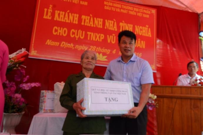 Ông Đỗ Nga Việt, Chủ tịch Công đoàn GTVT Việt Nam, Chủ tịch Hội đồng quản lý Quỹ Xã hội từ thiện trao quà cho cựu TNXP Vũ Thị Xuân
