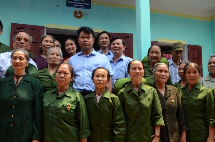 Đông đảo cựu TNXP đến chia vui cùng bà Xuân khi nhận căn nhà mới