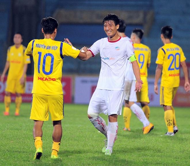 Tuyển thủ quốc gia Bùi Tiến Dũng chơi tốt ở trận này, có nhiều pha ngăn chặn tiền đạo Nam Định. Nhưng các đồng đội của anh ở tuyến trên không một lần tạo ra cơ hội uy hiếp cầu môn đội khách. Ảnh: Quốc Bảo