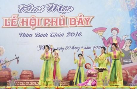 Biểu diễn nghệ thuật trong ngày khai mạc lễ hội Phủ Dầy năm 2016. (Ảnh: Hiền Hạnh/TTXVN)