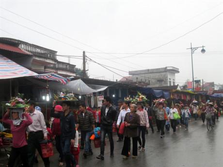 Ngay từ sáng sớm đã có hàng nghìn du khách về tham quan lễ hội.
