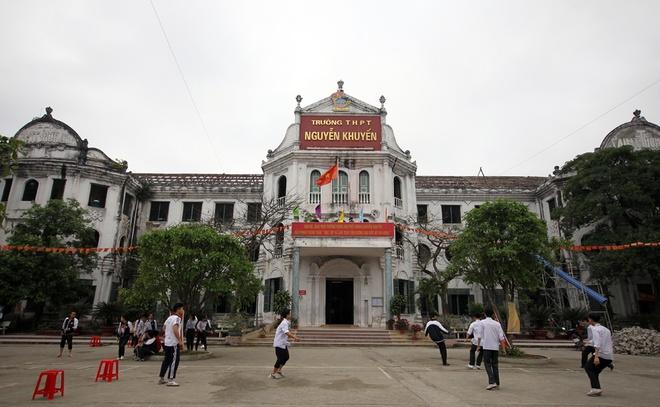 Tháng 9/1976, trường THPT Nguyễn Khuyến được thành lập dưới tên của cụ Tam Nguyên Yên Đổ. Trường kế thừa toàn bộ hệ thống cơ sở vật chất của trường Xanh Tô-ma trước đây.