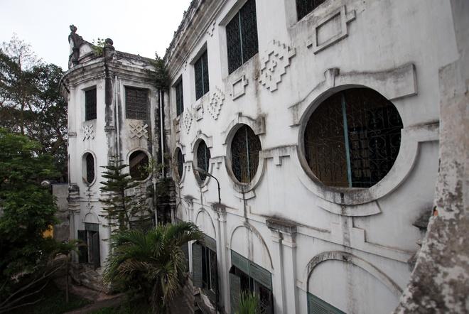 Không giống bất cứ ngôi trường nào ở Việt Nam, trường Nguyễn Khuyến được thiết kế theo lối Gothique Pháp và dù đã khá tối giản trong trang trí song vẫn đạt tính thẩm mỹ cao.