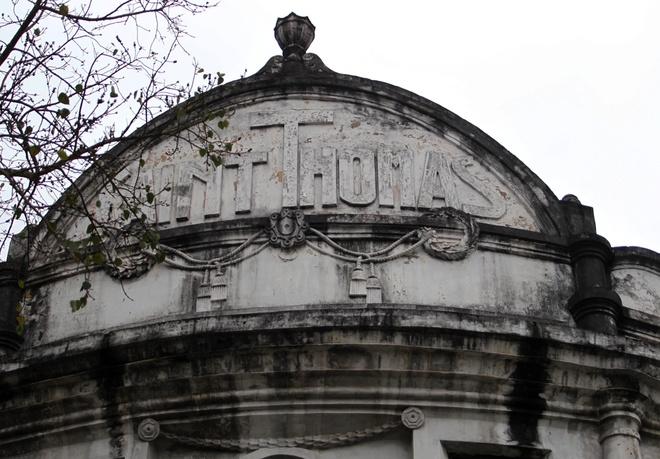 Dòng chữ Saint Thomas trên mặt tiền của trường cùng các họa tiết phù điêu của ngày đầu xây dựng vẫn còn giữ nguyên.
