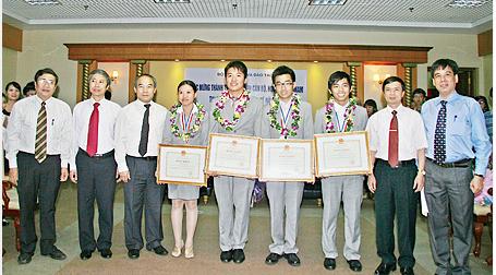 Em Trần Thị Mai Hương, học sinh Trường THPT chuyên Lê Hồng Phong, TP Nam Định đoạt huy chương Đồng trong kỳ thi Ô-lim-píc quốc tế năm 2012, môn Hoá học (thứ 4 từ trái sang).