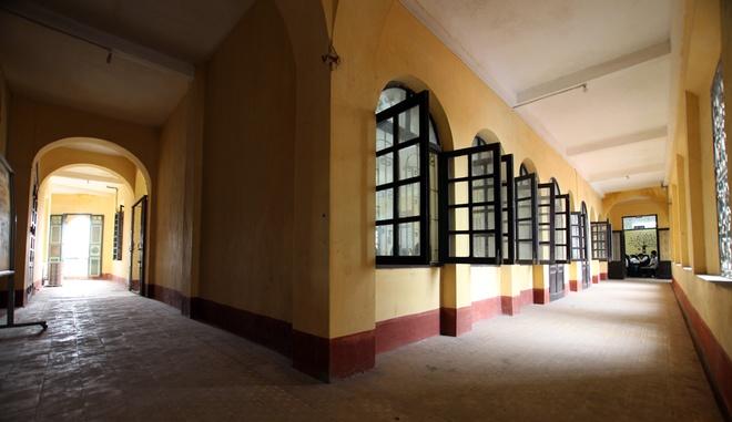 Hành lang dài hun hút, chạy quanh các lớp học. Các kiến trúc sư khi thiết kế đã rất tinh tế để tạo ra hành lang thông suốt mà vẫn giữ được sự yên tĩnh cho các lớp học dù có gặp trời mưa bão và gió thổi mạnh.