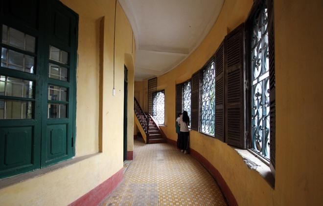 Ở hai đầu hồi và chính giữa của tòa nhà, hành lang ôm vòng cung với hệ cửa sổ có chắn sắt trang trí rất cầu kỳ.