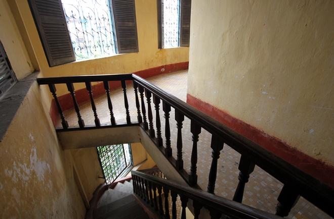 Các cầu thang đều từ hai đầu hành lang đi lên, gồm hai cầu thang lớn và bốn cầu thang nhỏ.