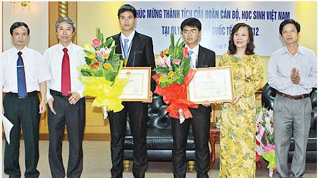 Các em Bùi Xuân Hiển và Đinh Việt Thắng, học sinh Trường THPT chuyên Lê Hồng Phong, TP Nam Định đoạt huy chương Đồng trong kỳ thi Ô-lim-píc quốc tế năm 2012 môn Vật lý (thứ 3, thứ 4 từ trái sang).