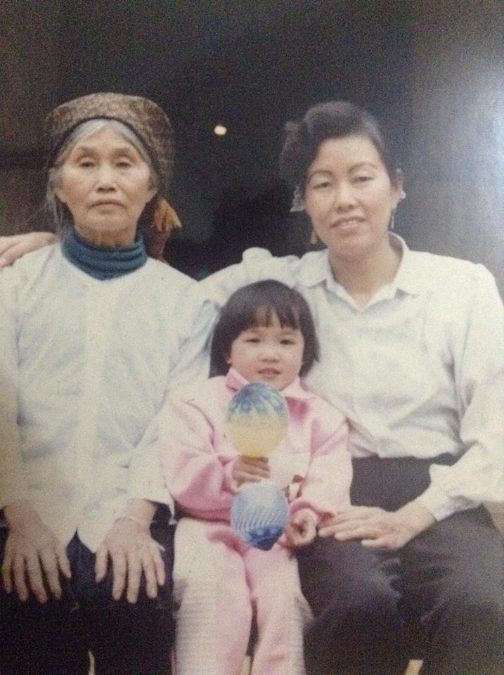 Ảnh chụp Kim hồi 5 tuổi cùng mẹ nuôi và bà ngoại nuôi. Ảnh NVCC