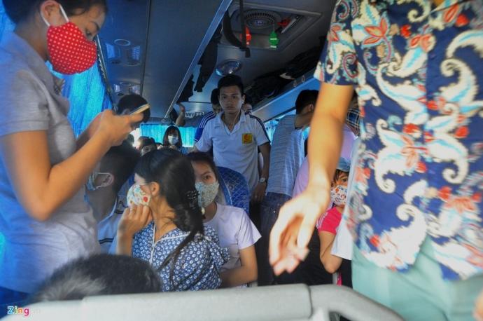 Xe 29 chỗ nhồi 93 khách bị phát hiện ngày 3/5. (Ảnh: news.zing.vn)