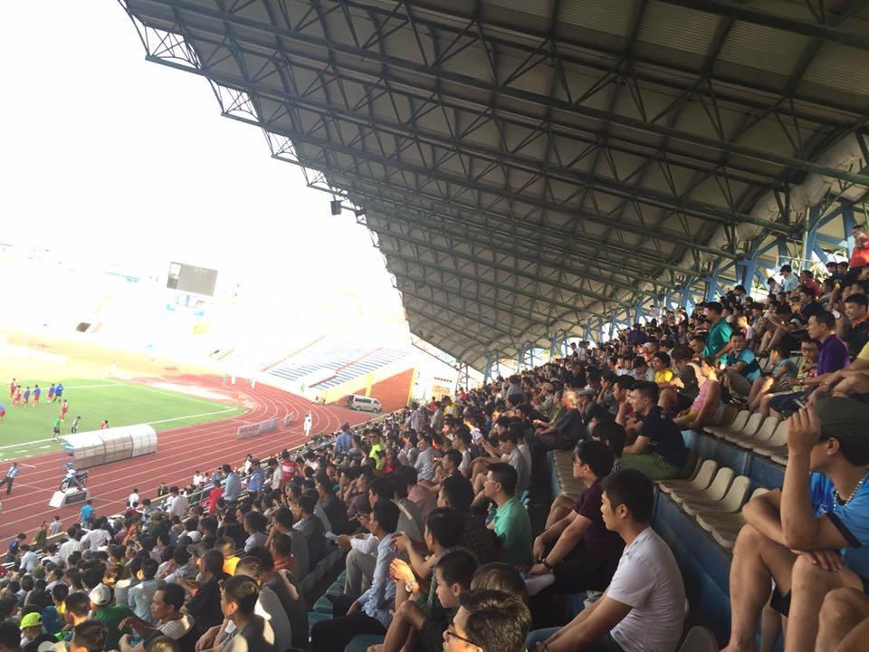 Rất đông khán giả Thành Nam đến cổ vũ cho đội bóng