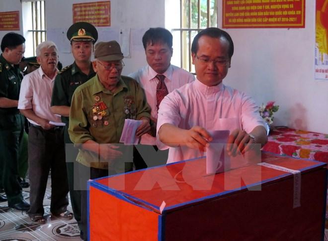 Cử tri Nam Định đi bầu cử. (Ảnh: Văn Đạt/TTXVN)