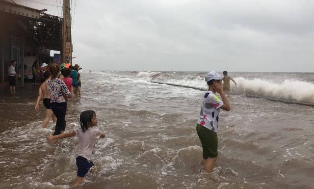Con đường ven biển đã ngập nước.