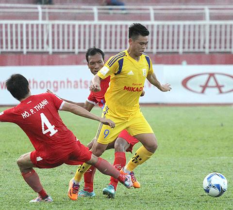 Nam Định (phải) hiện là ứng viên sáng giá nhất cho suất thăng hạng ở mùa bóng năm nay. Ảnh: Lê Viên