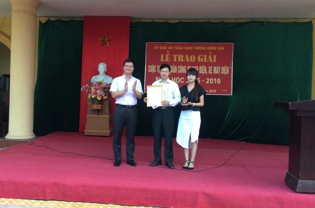 Ông Uông Việt Dũng trao giấy chứng nhận giải nhất phần thi trắc nghiệm cho lãnh đạo trường THPT A Hải Hậu