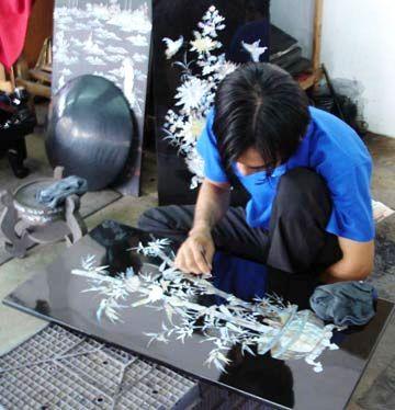 Người nghệ nhân đang chế tác nên những tác phẩm sơn mài Cát Đằng