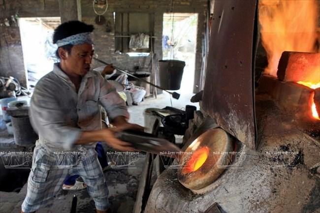 Thủy tinh được đưa vào lò nung cho nóng chảy ở nhiệt độ 1800 độ C. (Ảnh: Trần Thanh Giang)
