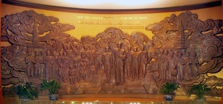Bức phù điêu Chủ tịch Hồ Chí Minh thăm quê hương Nam Định