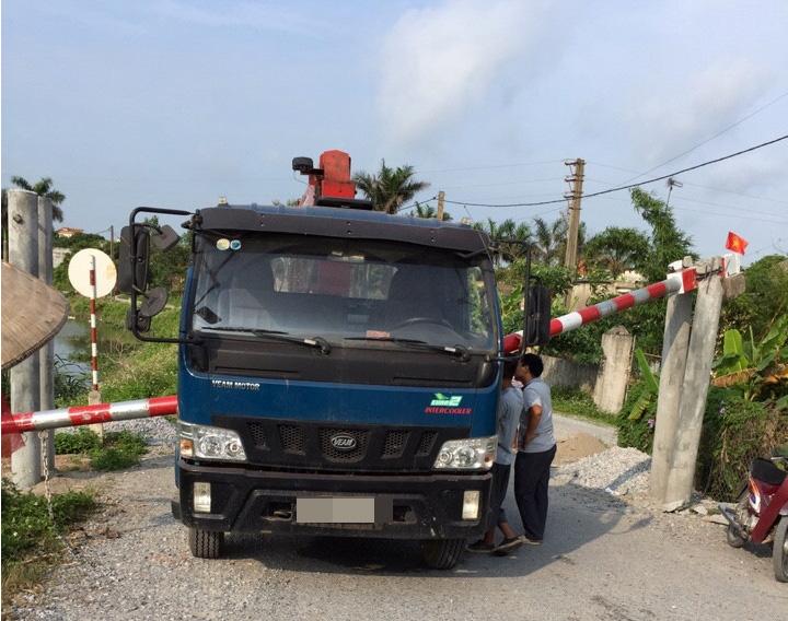 Chiếc xe 1,2 tấn húc đổ rào chắn vì nhìn thấy biển báo cho phép xe 12 tấn