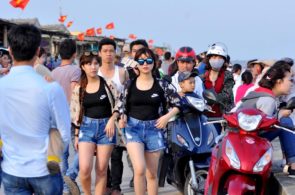 Hơn 17h, dòng người vẫn tiếp tục đổ về bãi tắm Quất Lâm.