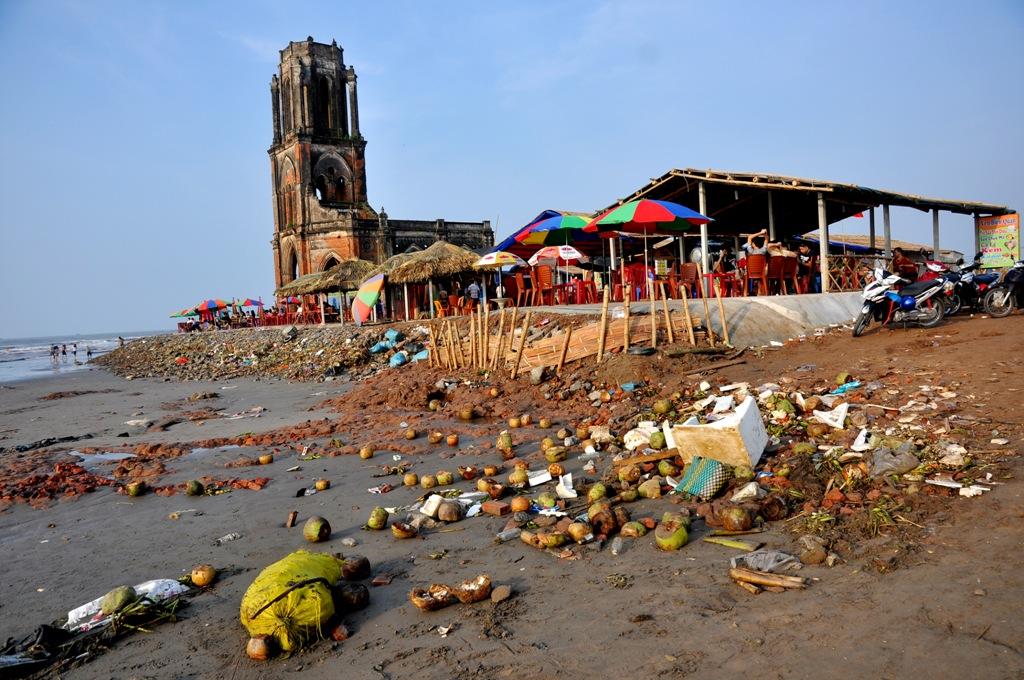"""Khu phế tích nhà thờ đổ này hấp dẫn du khách bởi vẻ đẹp hoang sơ và yên bình làng chài Văn Lý. Thế nhưng, gần đây, dịch vụ du lịch được mở ra, rác thải """"chạy"""" theo đã khiến nơi đây trở thành một bãi rác khổng lồ."""