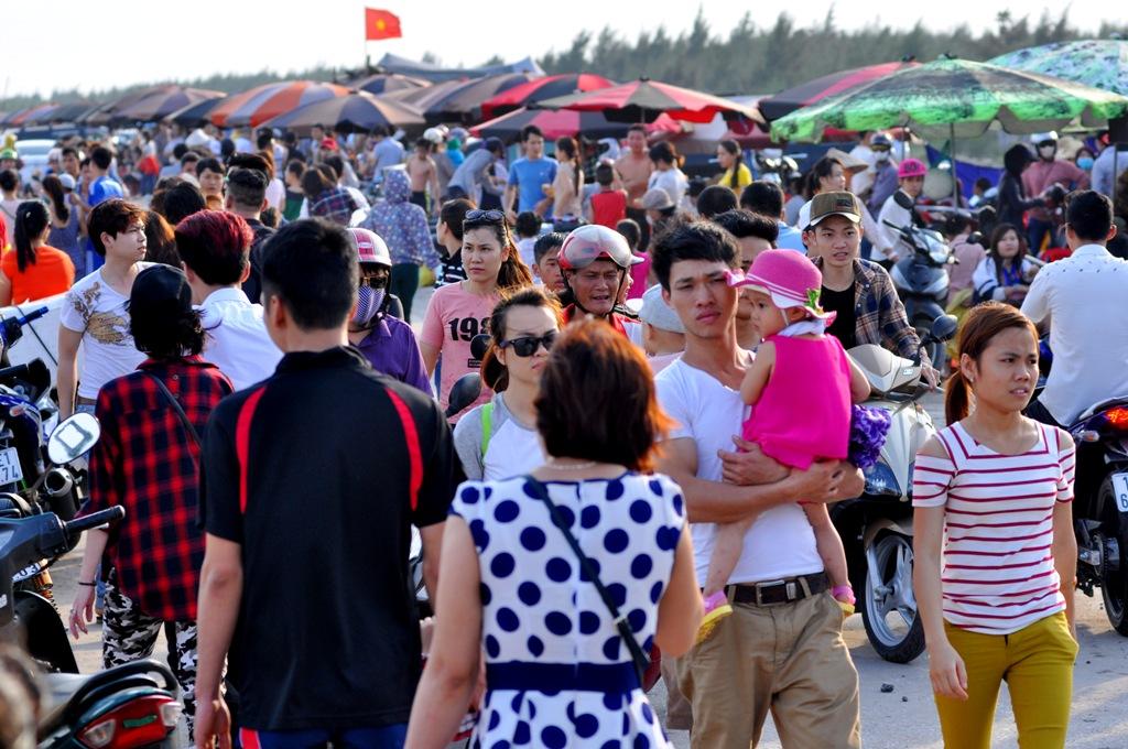 Cùng với đó là các gia đình cũng tranh thủ những ngày nghỉ lễ để vui chơi, khám phá vùng biển lành Quất Lâm.