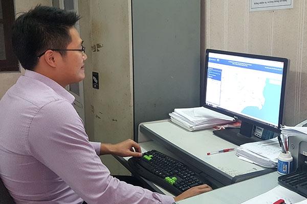 Theo dõi, cập nhật số liệu từ thiết bị GSHT gắn trên các xe truyền về máy chủ tại Sở GTVT Nam Định