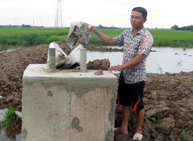 Dùng đất ruộng để đổ bê tông móng cột cao thế 220 kV tại Nam Định