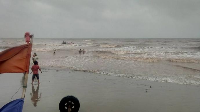 Người dân và lực lượng chức năng đang tích cực tìm kiếm 3 nam sinh bị mất tích do sóng cuốn trôi