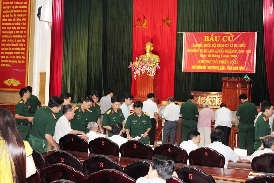 Phóng viên Đại Đoàn Kết Online ghi nhận, hôm qua tại nhiều điểm bỏ phiếu ở Nam Định, cử tri đi bầu rất đông.