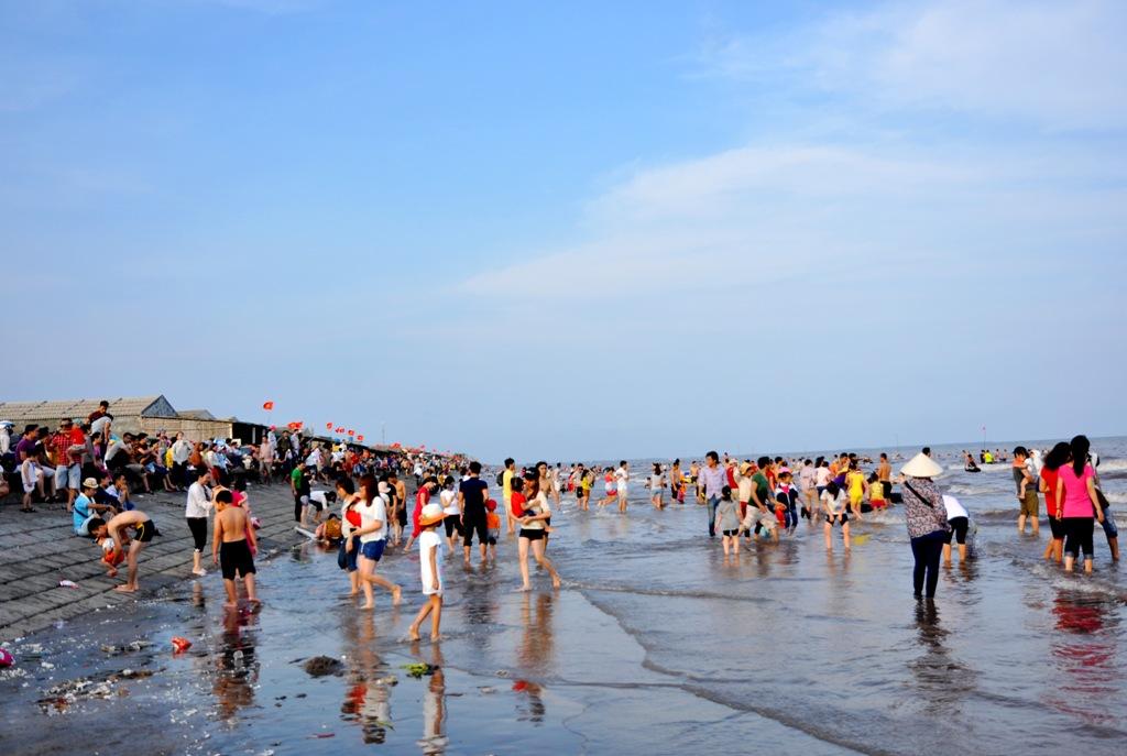 Dòng người đông như kiến dưới bãi biển Quất Lâm.