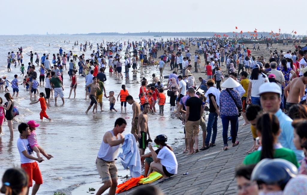 Theo ông Bùi Văn Khôi, Trưởng phòng văn hóa thông tin huyện Giao Thủy (Nam Định) cho biết, trong ngày 30/4, bãi tắm Quất Lâm đã đón khoảng 1 vạn khách du lịch địa phương và ngoài tỉnh về tham quan, tắm biển...