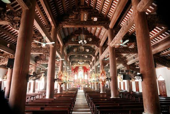 Nhà thờ xây dựng toàn bằng gỗ lim rất cổ kính nguy nga
