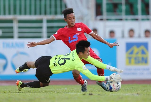 Thủ môn Tiến Tạo (Nam Định) ngăn cản đường đi bóng của cầu thủ CLB TP.HCM - Ảnh: Bạch Dương