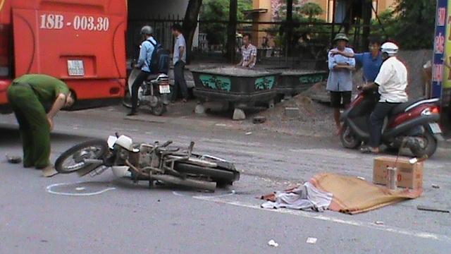 Chiếc xe khách giường nằm và chiếc xe tải va chạm với nạn nhân đã dừng lại ngay sau khi sự việc xảy ra.
