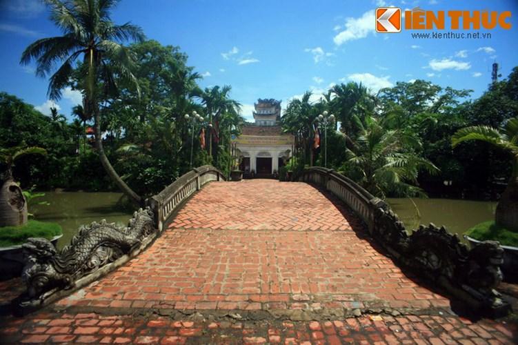 Nằm ở thị trấn Cổ Lễ, huyện Trực Ninh, tỉnh Nam Định, chùa Cổ Lễ là một ngôi chùa cổ có kiến trúc độc đáo nổi tiếng xứ Thành Nam. Ảnh: Cầu Cuốn dẫn vào chùa Cổ Lễ.