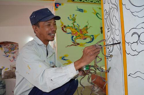 Dù để móng tay dài, nhưng ông Huyền vẫn có vẽ họa tiết ở các đình, đền