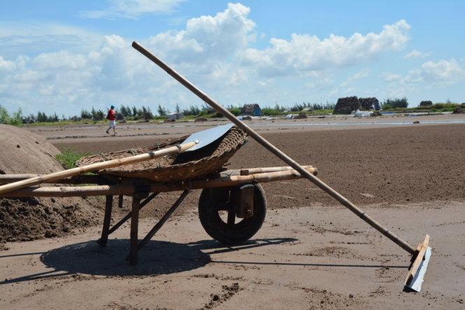 Dụng cụ của người làm muối gồm xe rùa, bầu múc, xên, trang cát - Ảnh: Phạm Tô Chiêm