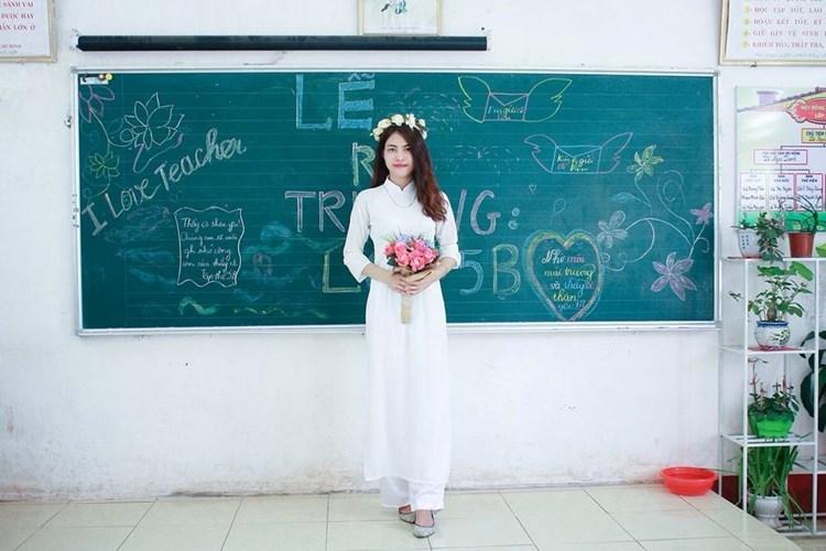 Cô giáo Cẩm Vân còn có khuôn mặt xinh đẹp mang nhiều nét giống ca sĩ Đông Nhi. Hiện tại ngoài giảng dạy ở trường, Cẩm Vân có làm thêm công việc của người mẫu ảnh cho các shop thời trang, ảnh viện áo cưới.
