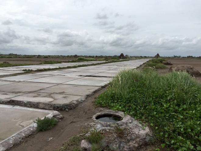 Một góc sân phơi của đồng muối Bạch Long. Ảnh: Giang Nguyên.