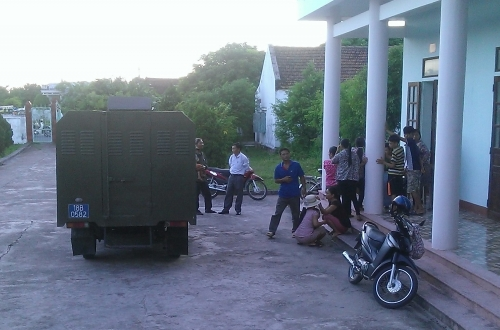 Rất đông người dân đến theo dõi thông báo bắt tạm giam các đối tượng.