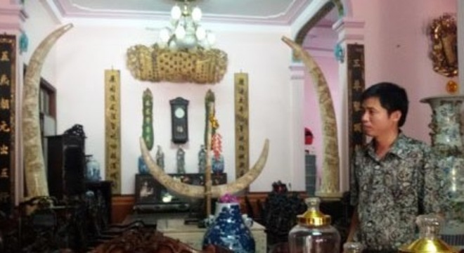 Anh Lương Văn Minh bên bộ Trâm thư dát vàng thời Bảo Đại trị giá 800 triệu đồng.