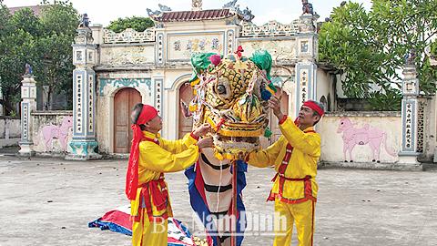 Đội múa lân sư rồng làng Vĩnh Lại, xã Vĩnh Hào chuẩn bị cho buổi tập.